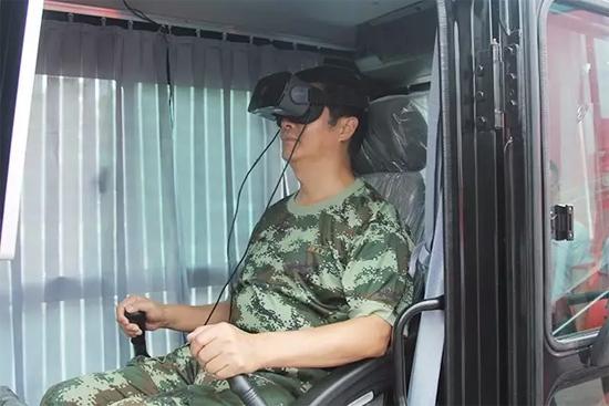 副参谋长向明清亲自体验VR操控挖掘机