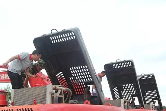 服务工程师奔赴一线救灾现场巡检救灾设备