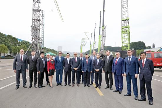 詹纯新董事长(右5)与白俄罗斯代表团在麓谷工业园合影