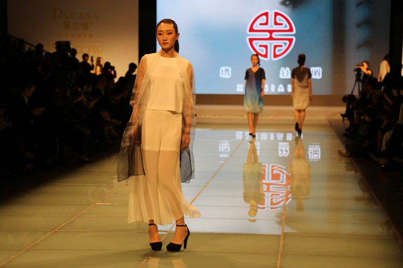 Looking at Soviet-style cheongsam in Shanghai? 2018 Chinese custom fashion week Embroidery Niang silk elegant attack!