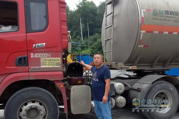 Master Liu and his 420-horsepower HWV traction vehicle