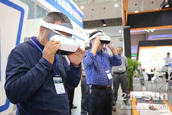 """本次苏嘉杭高速二次再生项目,已被""""公路医生""""英达制成全球首支就地热再生VR视频,这一""""黑科技""""可直接将体验者""""穿越""""至施工现场"""