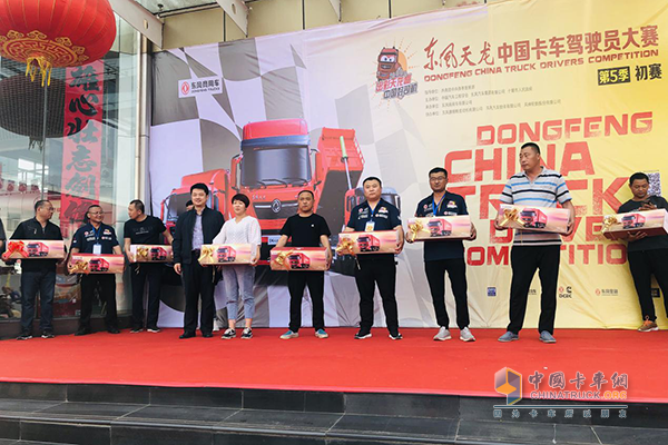 At the event site, Liu Jun, deputy general manager of Dongfeng Cummins Marketing Company, presented the model to the user.