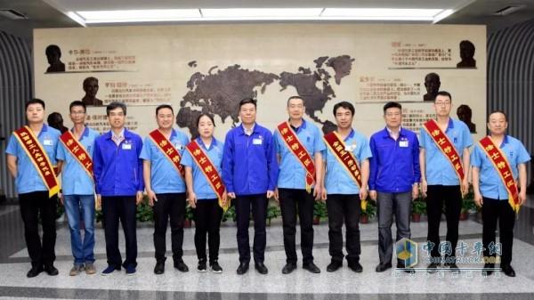 Chairman of the company, Yan Jianbo, took photos with the award-winning employees