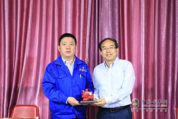 Shaanxi Automobile Commercial Vehicle and Dongfeng Cummins Leader presented each other with souvenirs