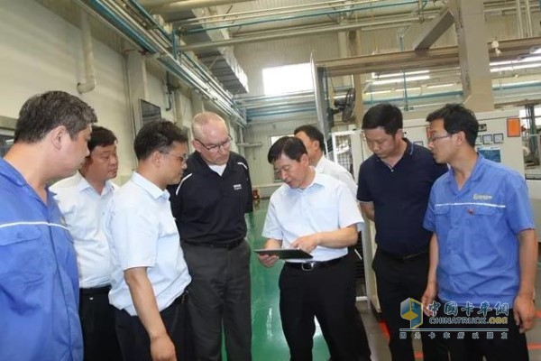After the award ceremony, Lin Fenghua accompanied the guests to visit the production site.