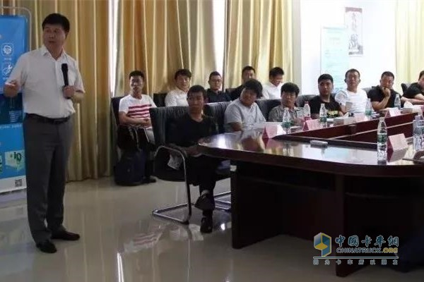 At the meeting, General Qin gave a detailed introduction to the intelligent filling station.