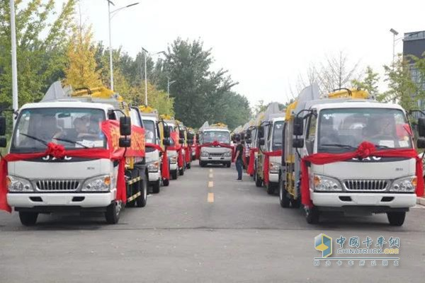 Xugong sanitation side-mounted compression garbage truck fleet is preparing