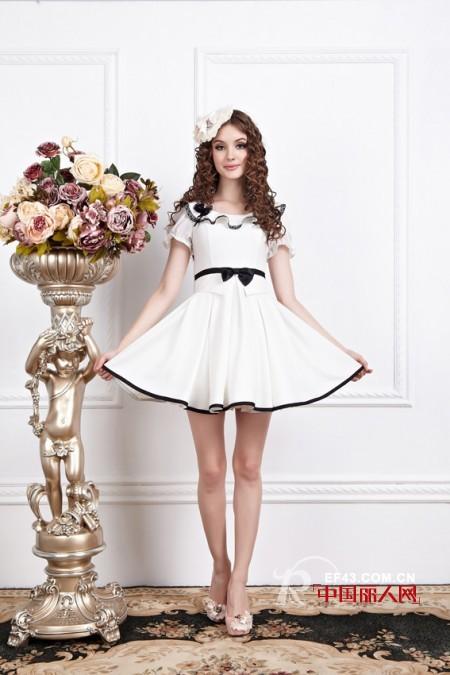 白色连衣裙搭配 轻熟女白色连衣裙搭配让你舒适纯美一整夏