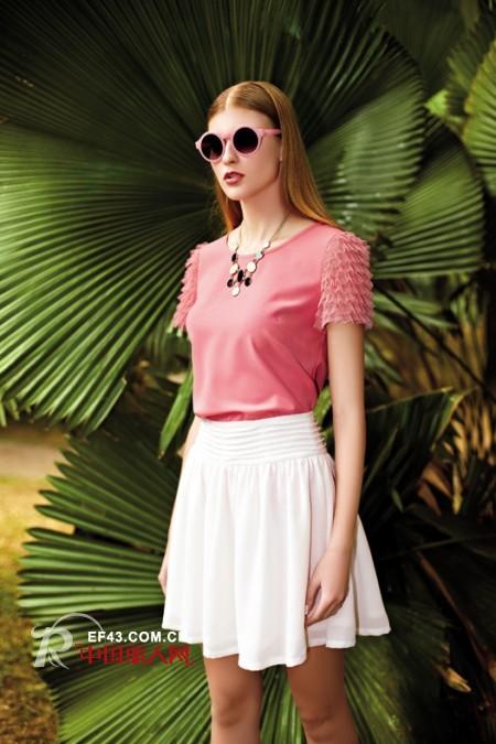 二十五左右女生穿什么红好看 西瓜红搭配白色最流行