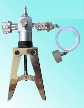 Portable pressure calibrator pressure pump configuration