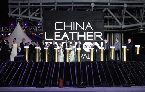 """2012 Leather Fashion Festival: Hung Ho was awarded the """"China Tribute Brand"""""""