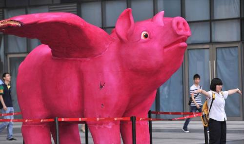 "Pink ""flying pig"" cartoon sculpture unveiled in Fuzhou"