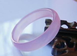 How should the Hibiscus jade bracelet be worn?