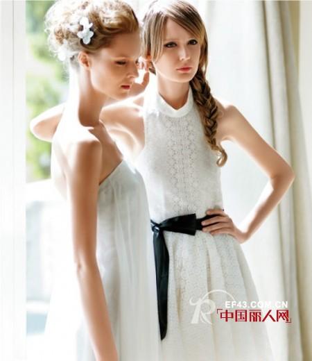 挂脖式白色连衣裙好看吗 黑色蝴蝶结腰带勾出小蛮腰