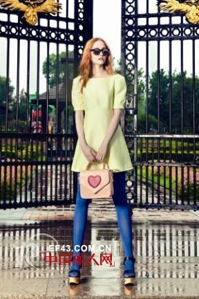 彩色丝袜怎么搭配服装 亮色丝袜配什么颜色连衣裙