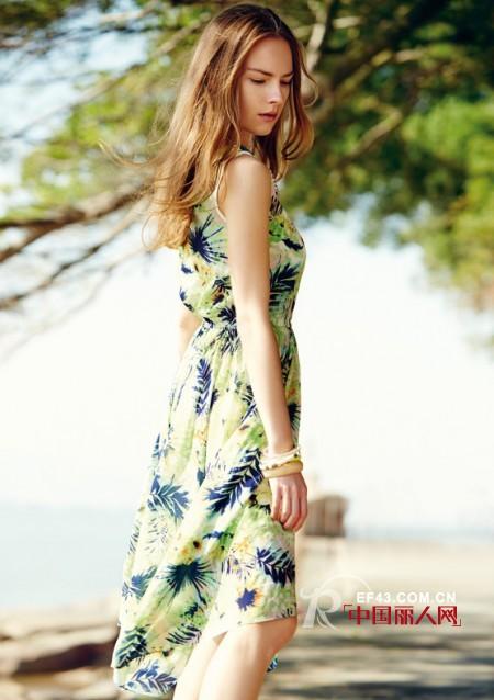 夏天穿什么连衣裙比较显年轻 夏天连衣裙款式搭配