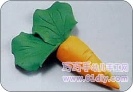 7. After the two leaves are overlapped by 1/2, they are inserted into the root of the carrot to complete the production.
