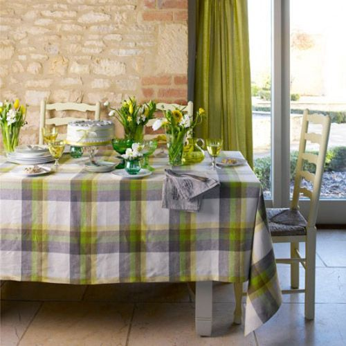Some beautiful potted plants and a beautiful tablecloth are a feast for a delicious meal, I know you will choose a better tablecloth.