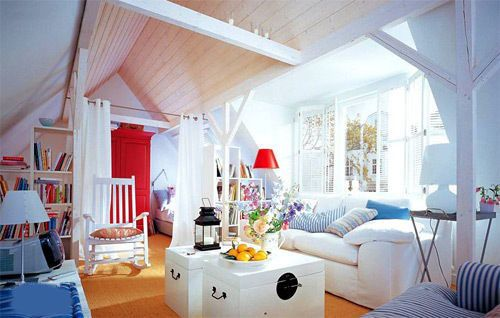 Simple wooden strip structure, old-fashioned wooden box, and of course the indispensable blue and white striped cushion. People who like the ocean will like this space, in it, like a coconut wind