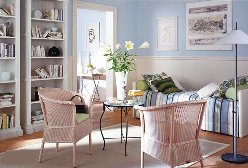 This is a very neutral living room. The light-colored rattan seats and the round wrought iron are the protagonists. The white soft sofas on the side also have a good embellishment.