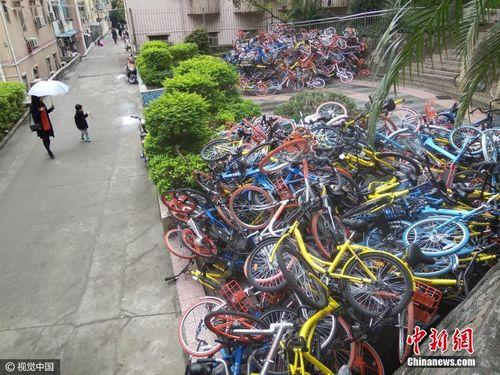 On January 16, 2017, Nanshan District, Shenzhen, Guangdong Province, Shenzhen Shekou Bay Xiashan Park entrance and exit, there was a large area of ​​man-made destruction of shared bicycles. Image source: Visual China