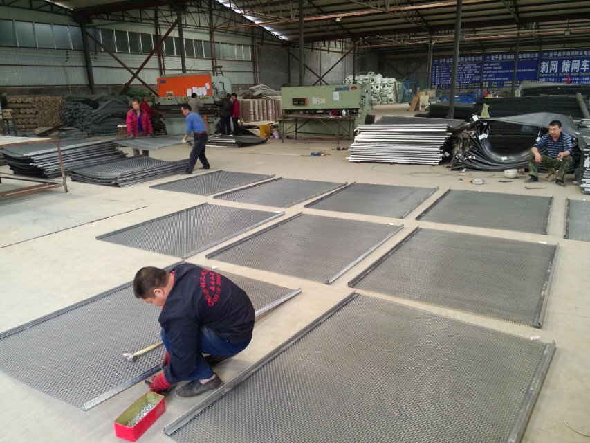 Crimped wire mesh workshop