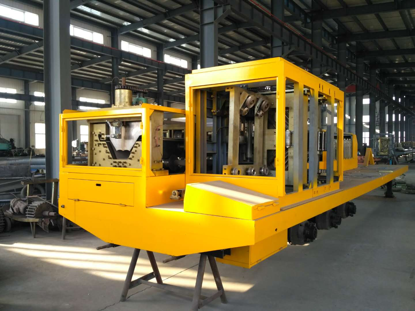 Big span roll forming machine