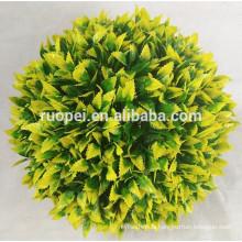 Herbe végétale artificielle en plastique donnant la balle