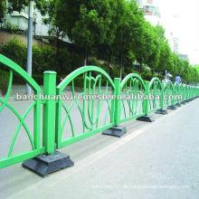 Weißer konkurrenzfähiger Preis auf der Straße mit dem Zaun (Lieferant)
