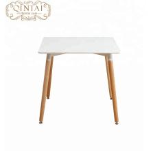 einfacher Holzbein-Tisch aus MDF