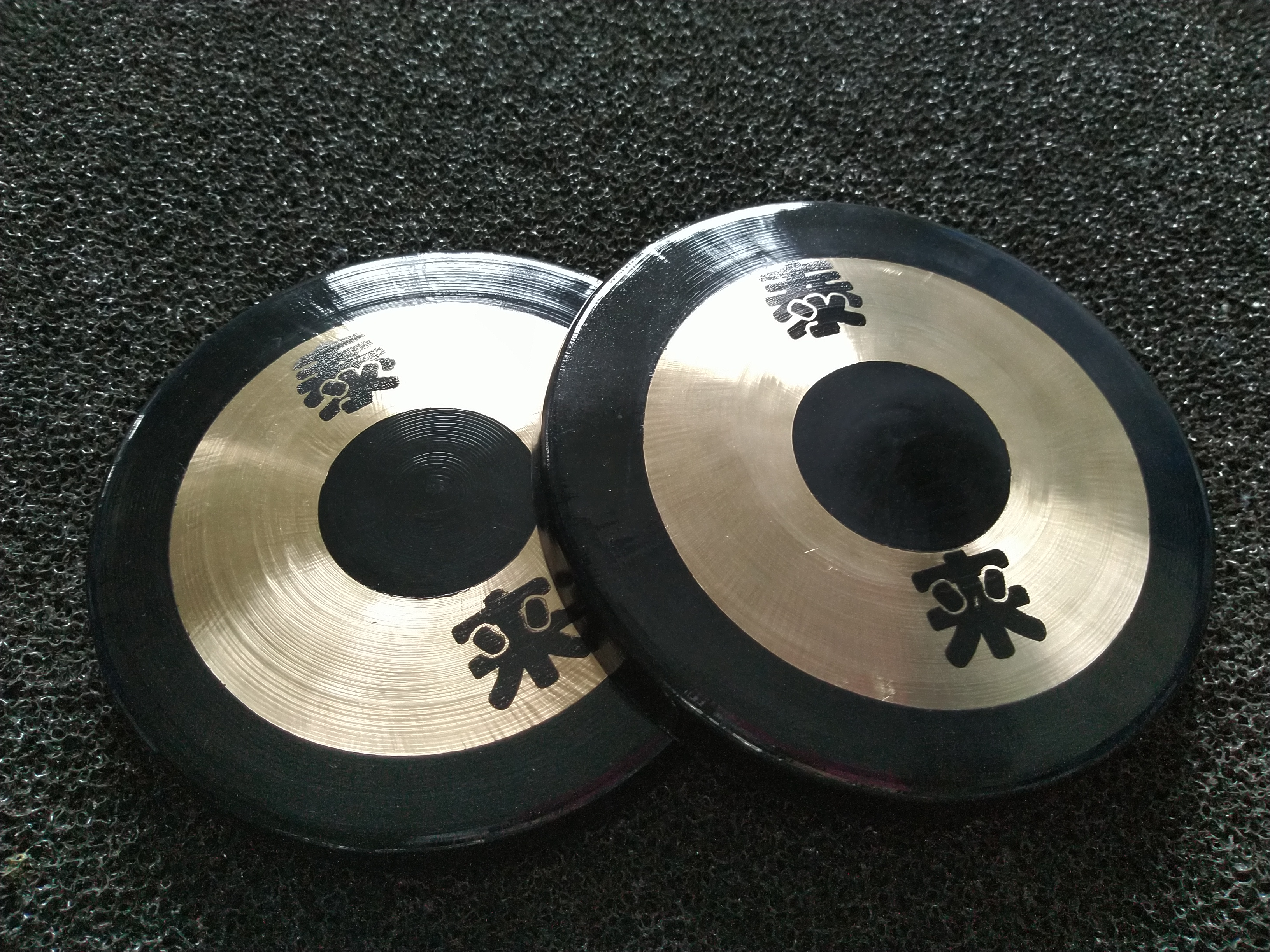 our company can produce all kinds of metal gongs.Wholesale Instrument Chinese Brass Gongs are Percussion Brass Alloy Gongs.There are many sizes of Percussion Brass Alloy Gongs,such as 30cm,22cm,36cm.Of course we can OEM and produce according to your size and requirements.The gong in the picture is 6'' Copper Gongs or called Mini Metal Gongs 15cm.The Wholesale Instrument Chinese Brass Gongs are handmade and have best quality.The Percussion Brass Alloy Gongs are used in the company celebration field,warning or performance and so on. Every gong has a plastics bag outside and carton outside.We can not touch the gongs by hand.We had better wear gloves to carry the gongs.Hope to cooperate with each other.We will give you the best service and best quality gongs.