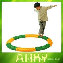Kinder spielen körperliche Trainingsgeräte