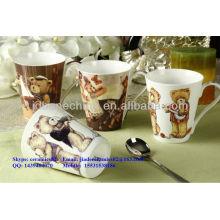 Una taza de taza de cerámica de cerámica de hueso fino grado con tapa
