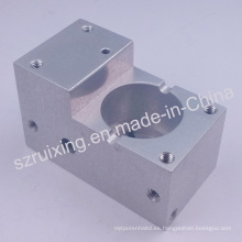 CNC que trabaja a máquina las piezas de aluminio con el CNC que trabaja a máquina