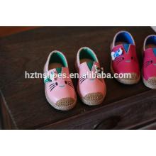Los zapatos encantadores del gato calzan los zapatos ocasionales planos de la espadrilla de las muchachas de los zapatos ocasionales