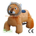 Lion marchant voiture animale