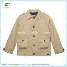 botón beige del diseñador a través de chaquetas
