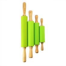 As crianças projetam o rolo de silicone com alças de madeira