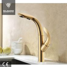 Desain modern mengeluarkan faucet emas dapur