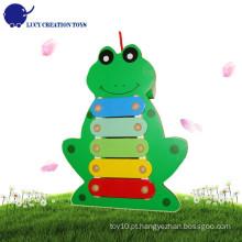 Bebê, mão, bata, encantador, sapo, musical, instrumentos, brinquedo, puxar, madeira, xilofone