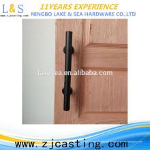 Schwarze rustikale traditionelle gleitende Scheunentür zieht Holztürgriffe