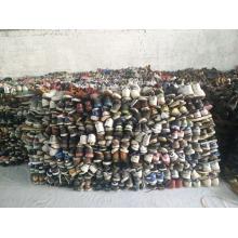 El hombre grande del tamaño de la mano del deporte utilizó el mercado de África de los zapatos