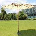 Зонт с зонтом из деревянного каркаса на открытом воздухе