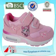 Salto alto miúdos sapatas do ar das meninas com gato cor-de-rosa
