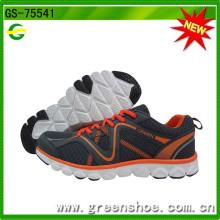 Sport der neuen Ankunfts-Männer, der rüttelnde Schuhe laufen lässt