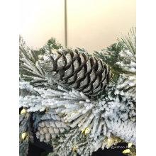 Snowy árbol de Navidad y corona con iluminación (fábrica directa para OEM)
