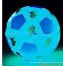 Fußball im Dunkeln beleuchtet