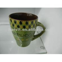 Taza de cerámica verde con cuchara