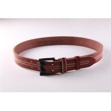 La plus ancienne ceinture en cuir colorée avec trou et coutures pour jeans
